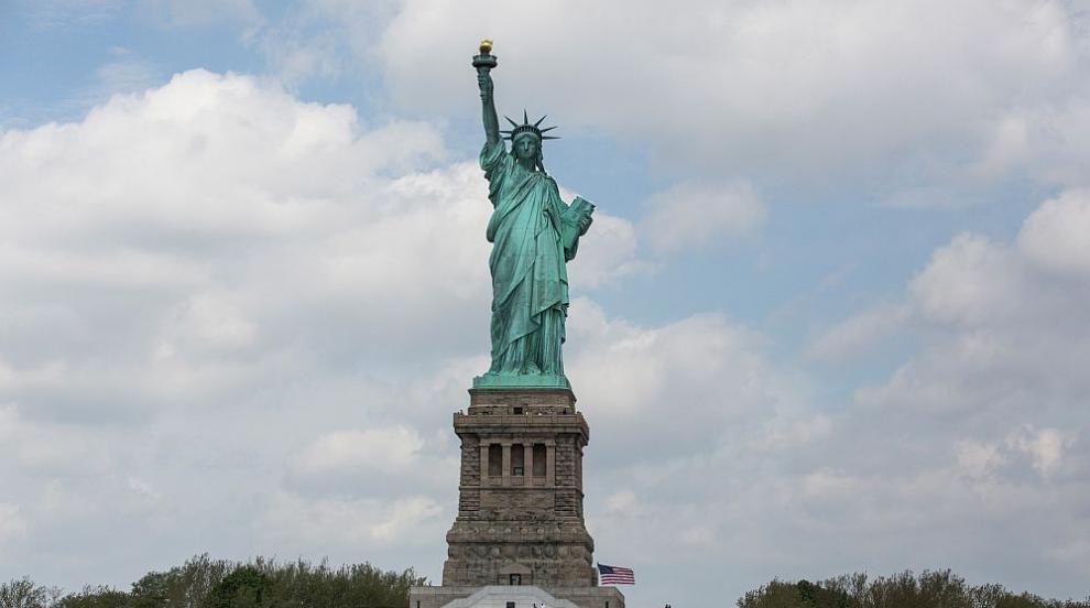 """В опит за честна присъда федерален съдия ще """"катери"""" Статуята на свободата"""