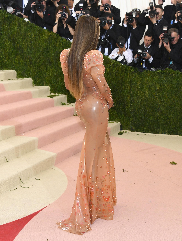 Пластични хирурзи изведоха формулата на идеалните дамски задни части - тяхната пропорция трябва да е точно 42,86 на сто по-широка от талията.Според прочуванията певицата Бионсе е един от примерите за класическа красота на задните части.