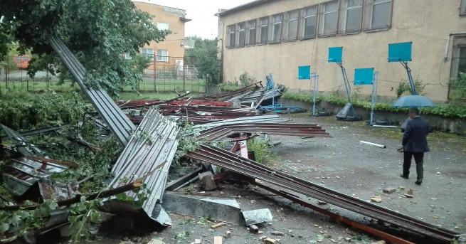 """Покривът на административната част на ІІІ Основно училище """"Петко Рачов"""