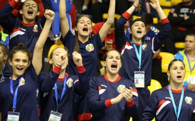 Младите ни националки, заедно със Станимира Петрова, които пордкрепят съотборничките си от трибуните на зала София източник: bgboxing.org