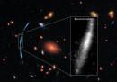 Синята ивица са три отделни изображения на една и съща галактика, видяна чрез пречупване на светлината с гравитацията