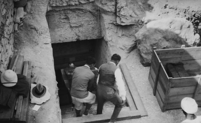 Изнасяне на артефакти от гробницата на Тутанкамон