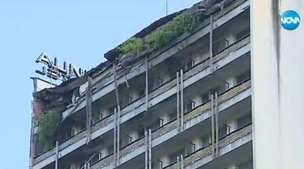 Срути се част от покрива на бивш хотел в Смолян (ВИДЕО)