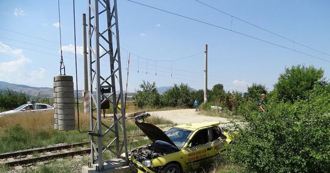 Влак е блъснал таксиметров автомобил на железопътен прелез край Кочериново.