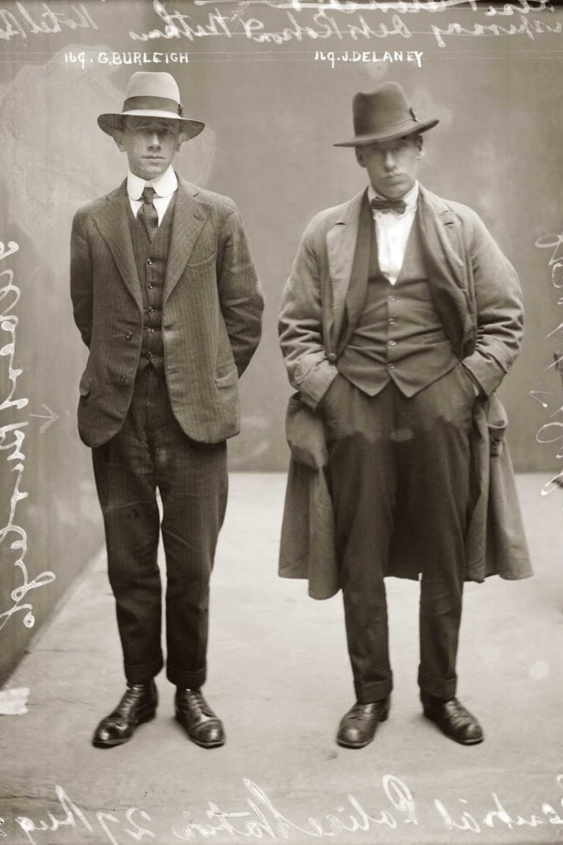 """Гилбърт Бурлей от ляво е идентифициран като """"хотелски бръснар"""", а Делани като """"фалшиви самоличности и заговор"""". Допълнителна снимка обаче разяснява, че Делани е бил """"бръснарят"""", който се настанява в хотели и къщи за гости и ограбва богаташите през нощта."""
