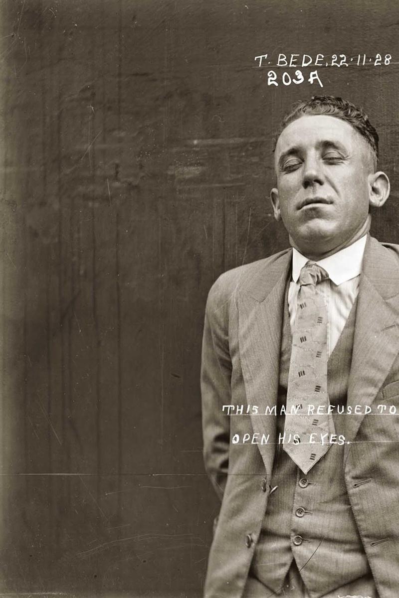 """Снимка на Томас Беде от 22 ноември 1928 г. с описание """"Този мъж отказа да си отвори очите""""."""
