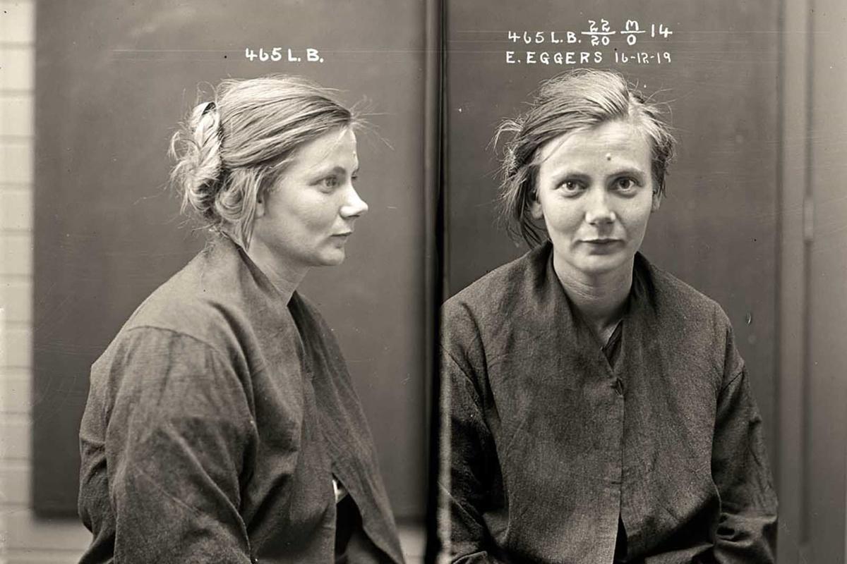 Естер Егерс е осъдена за рушене на имущество и нанасяне на средна телесна повреда с умисъл. Когато полицай пристига, за да арестува Естер за нанасяне на имуществени щети, тя го напада и му причинява тежки наранявания. 22-годишното момиче е осъдено на година затвор.