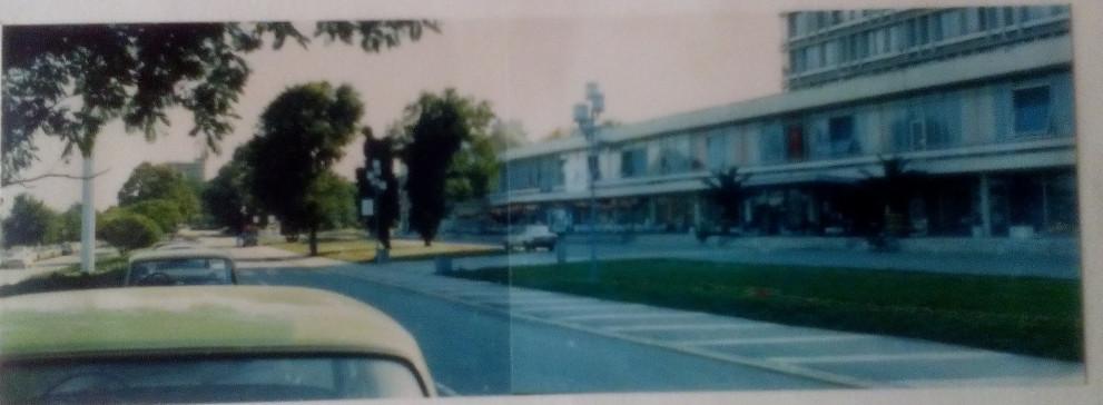 Алеята пред хотел Интернационал на Златни пясъци, синята Лада се вижда в далечината