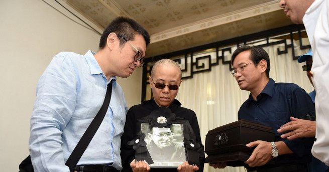 Снимка: Разпръснаха праха на китайския дисидент Лю Сяобо в морето