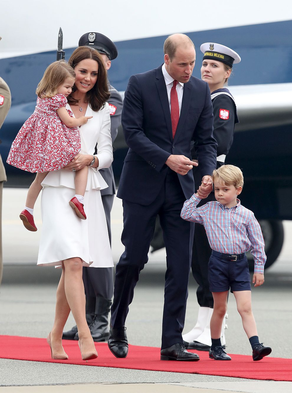 Херцогът и херцогинята на Кеймбридж във Варшава заедно със своите деца - 3-годишният принц Джордж и 2-годишната принцеса Шарлот.