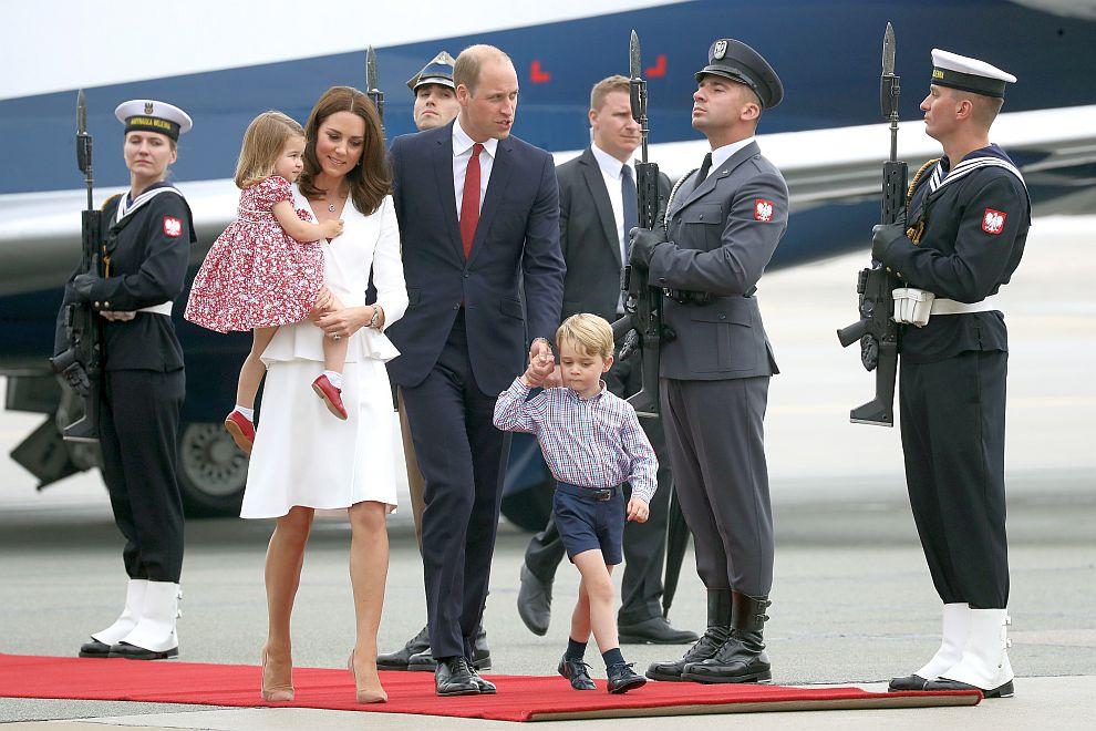 Херцогът и херцогинята на Кеймбридж пристигнаха във Варшава заедно със своите деца - 3-годишният принц Джордж и 2-годишната принцеса Шарлот.