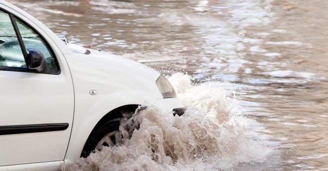 Проливни дъждове в Истанбул наводниха няколко метростанции, подземни паркинги и