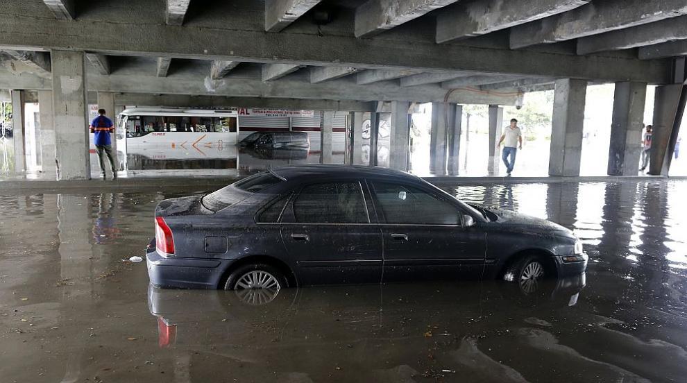 Проливни дъждове заляха и наводниха Анкара