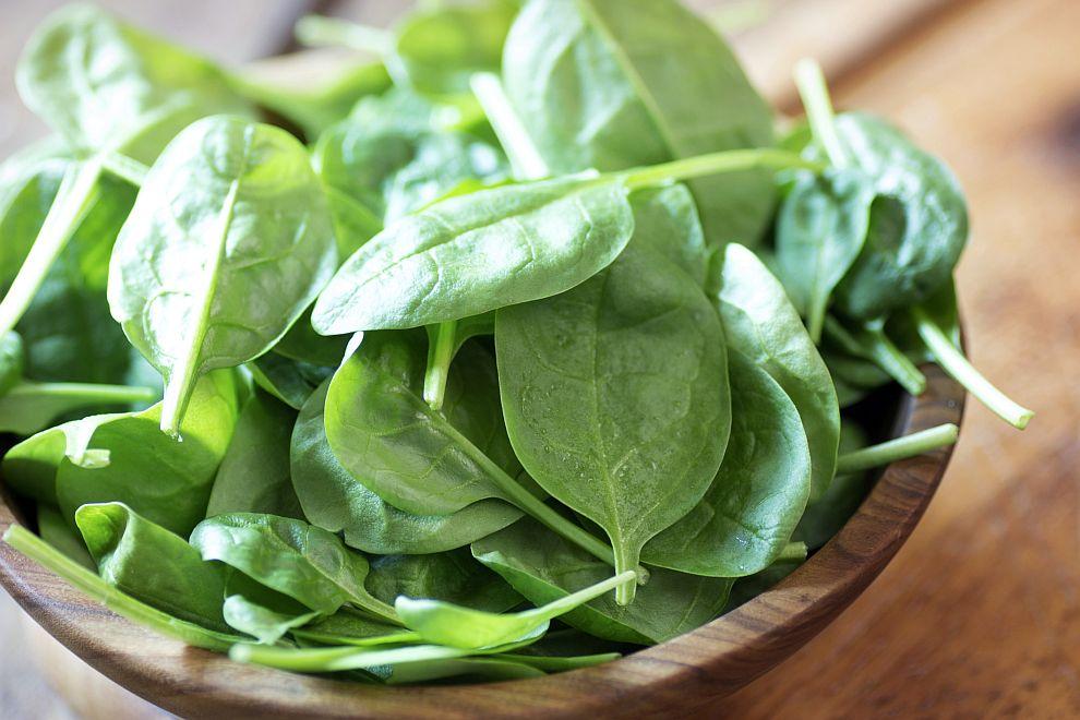 """Спанак<br /> Италиански изследователи са установили, че приемът на 10 мг от жълтия пигмент лутеин под формата на добавка подобрява еластичността на кожата. Лутеин се съдържа в спанака (""""маскиран"""" от доминиращите зелени пигменти), както и в зелените листни зеленчуци, морковите, доматите, червените чушки, яйчния жълтък."""