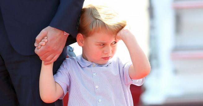 Принц Джордж отново привлече вниманието на камерите, при това с