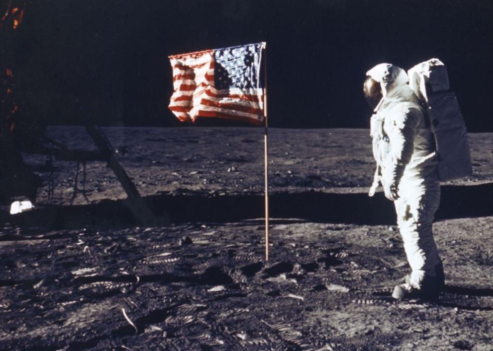 Покоряването на Луната: Хюстън, тук база на Спокойствието, Ийгъл ...