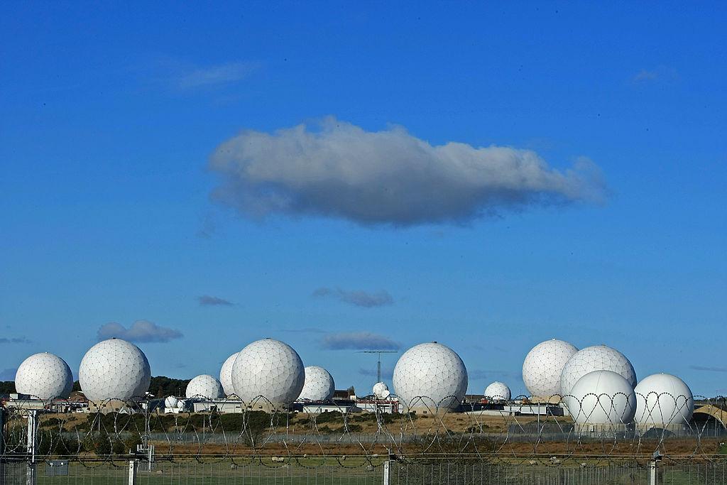 <u><strong>RAF Menwith Hill, Великобритания </strong></u><br> Един от най-добре пазените обекти във Великобритания. Намира се в северен Йоркшир и представлява най-голямата радарна система за електронен мониторинг в света. Комплексът предоставя денонощна комуникационна поддръжка на британските и американски военни, както и на съответните разузнавателни служби. Ако някъде по света започне военна операция или бъде изстреляна ракета, специалистите там първи ще научат за това. Мрежата е създадена за наблюдаване на военната и дипломатическа дейност на Съветския съюз и Източния блок по време на Студената война. Сега се занимава с терористични заплахи.