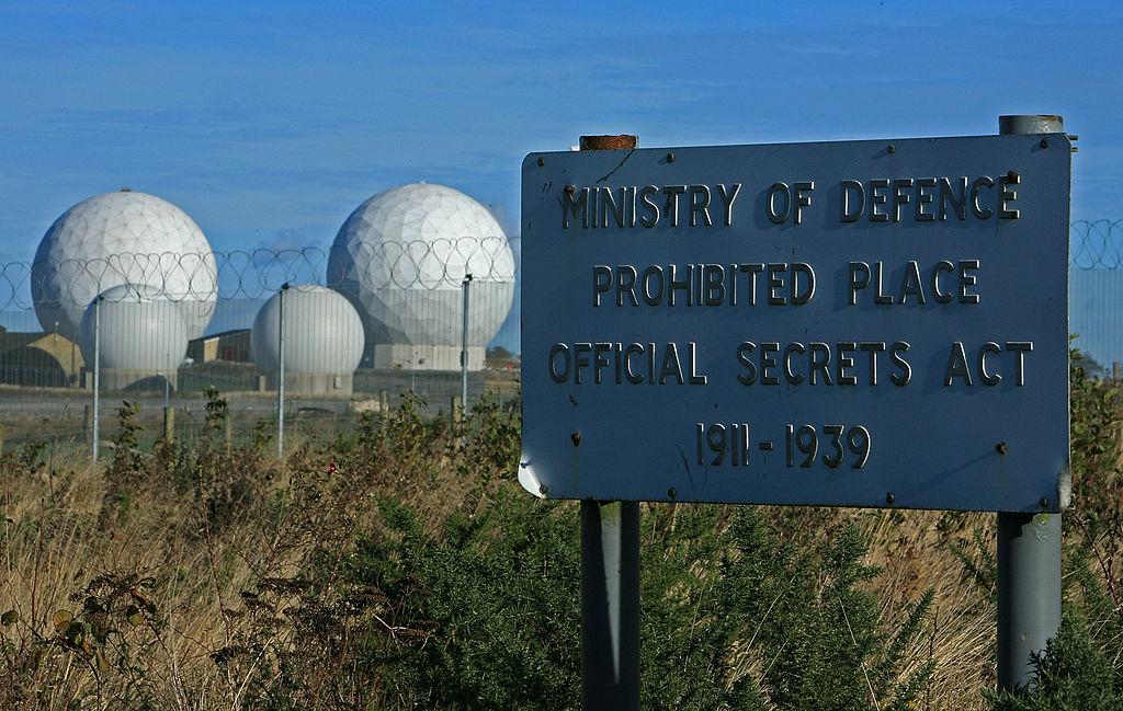 <u><strong>RAF Menwith Hill, Великобритания</strong></u><br> Един от най-добре пазените обекти във Великобритания. Намира се в северен Йоркшир и представлява най-голямата радарна система за електронен мониторинг в света. Комплексът предоставя денонощна комуникационна поддръжка на британските и американски военни, както и на съответните разузнавателни служби. Ако някъде по света започне военна операция или бъде изстреляна ракета, специалистите там първи ще научат за това. Мрежата е създадена за наблюдаване на военната и дипломатическа дейност на Съветския съюз и Източния блок по време на Студената война. Сега се занимава с терористични заплахи.