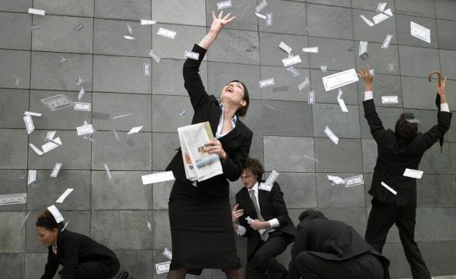 Мъж обра банка, съблече се и започна да хвърля банкноти