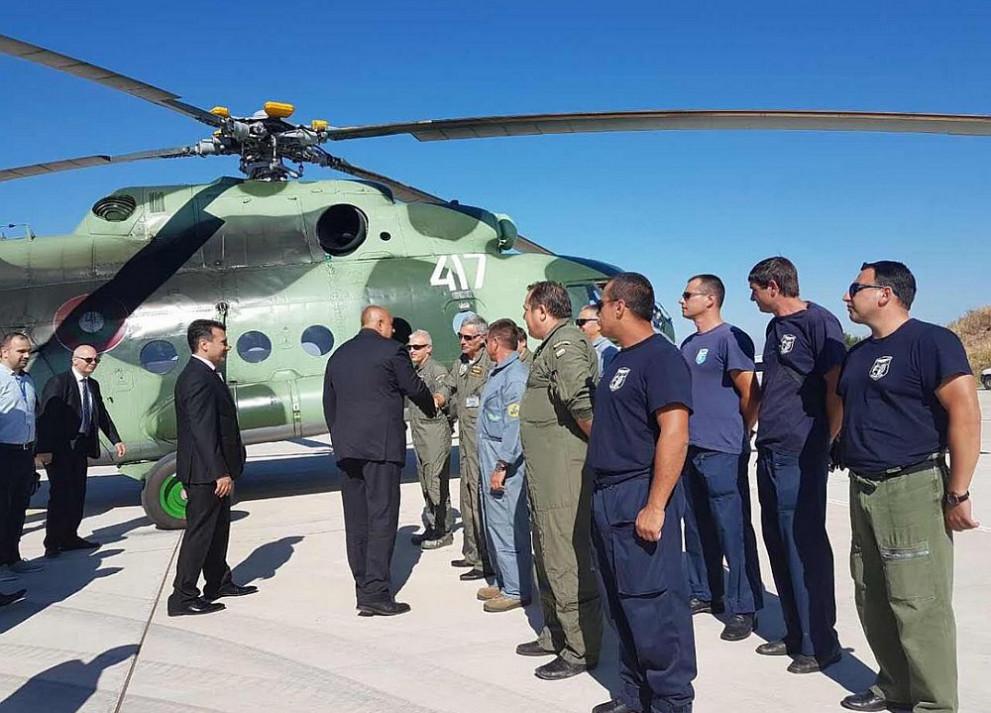 България изпрати военен хеликоптер на Македония и екип, който да се включи в гасенето на пожарите около столицата Скопие. Премиерът Бойко Борисов и македонският му колега Зоран Заев посрещнаха екипа на хеликоптера на летището