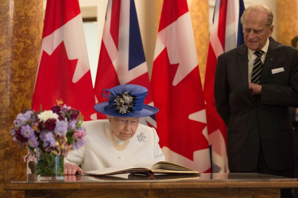От Бъкингамския дворец обаче отричат, че решението да преустанови самостоятелните си ангажименти е свързано със здравето му.