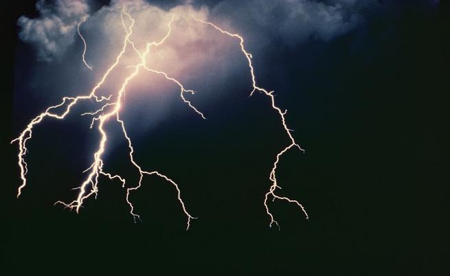 Мълния удари 20-годишно момче в София