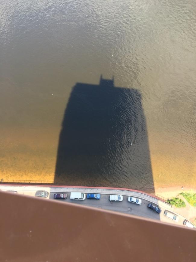 Батман? Не, сянка на сграда.