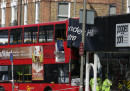Двуетажен автобус се заби в сграда в Лондон
