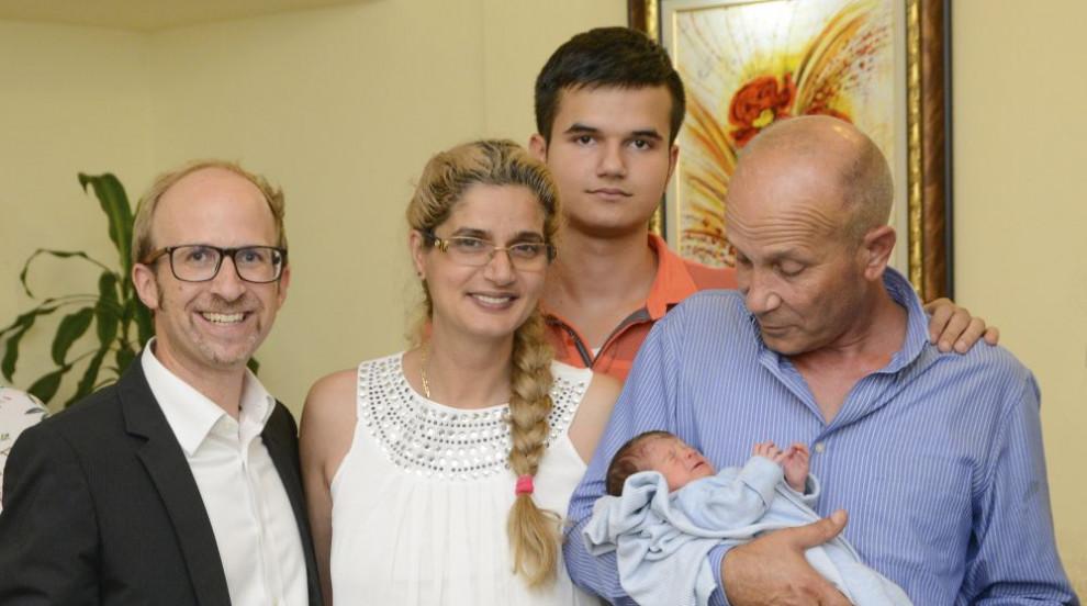 Бебето, родено на борда на самолет, вече има акт за раждане