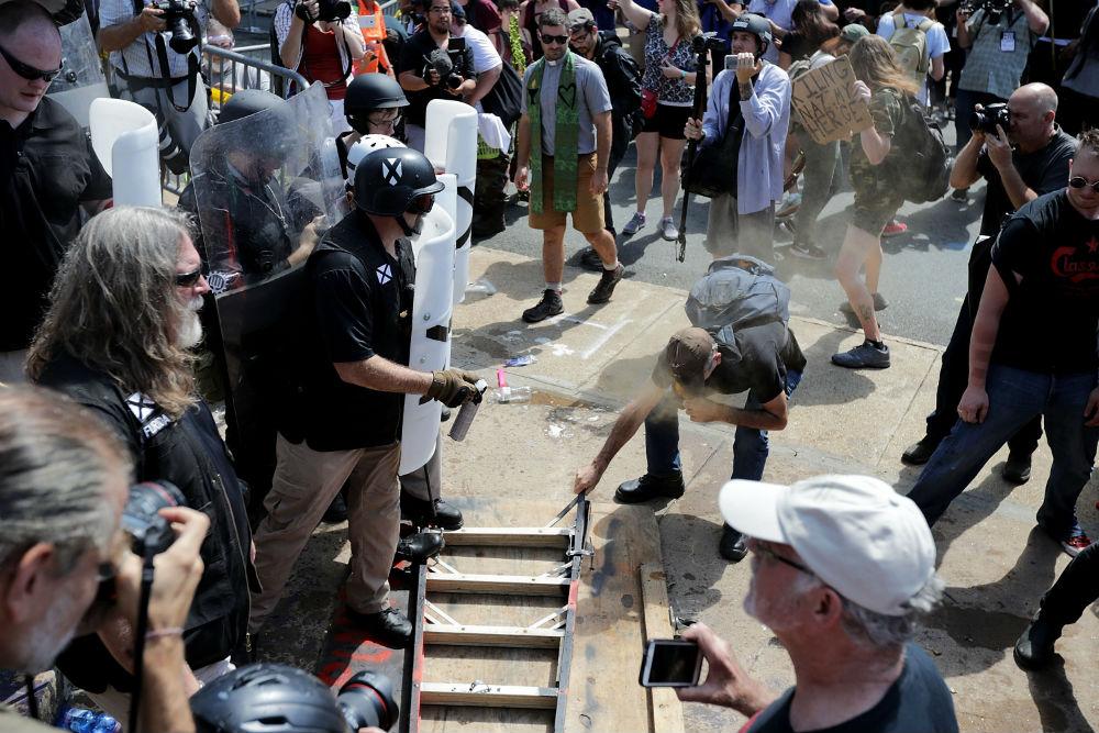 Ожесточени сблъсъци избухнаха между антирасистки активисти и членове на американската крайна десница, събрали се в град Шарлотсвил, щата Вирджиния. Заради слъсъците губернаторът на щата обяви извънредно положение, а полицията реши да забрани проявата.<br /> <br /> До сблъсъци се стигна още преди началото на събирането. Имаше сбивания, удари с палки, някои хвърляха бомбички, а във въздуха се носеше сълзотворен газ, каза кореспондент на АФП.