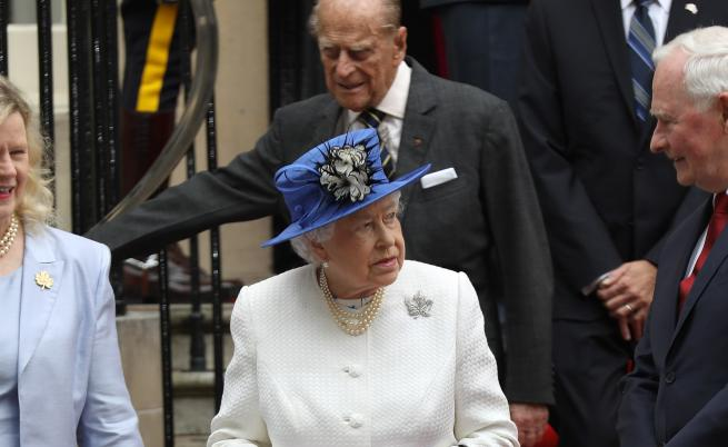 Кралицата носи пари в себе си, но само един ден в седмицата