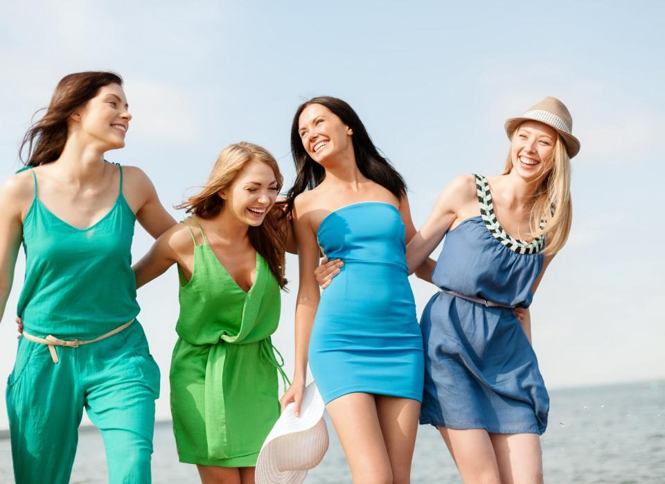 група приятелки момичета жени море плаж лято
