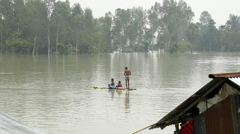 Над 800 жертви на наводненията в Индия, Непал и Бангладеш, порой и в Китай