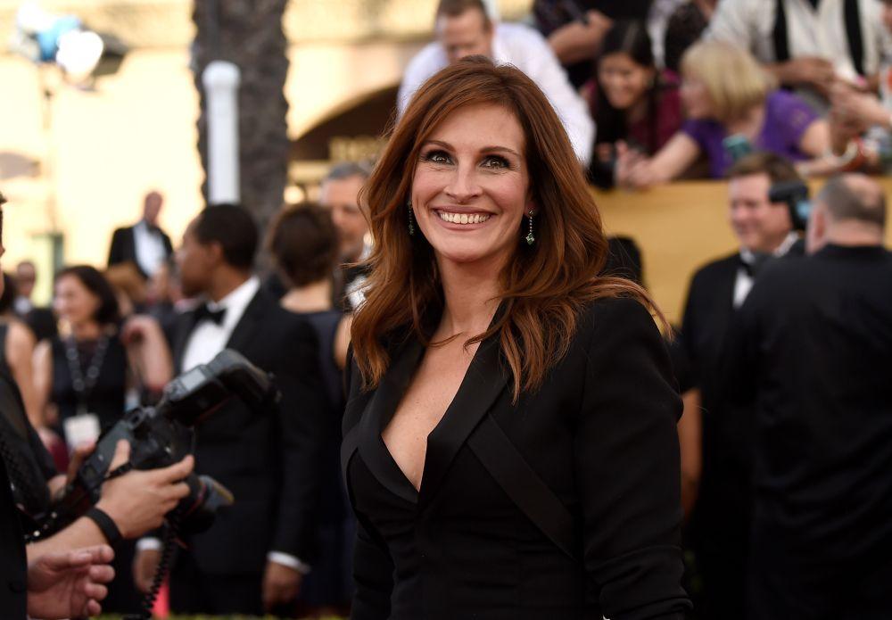 За рекорден пети път през април тази година актрисата бе избрана и за най-красивата жена в света от списание People. Оглавявала е същата класация през 2010 г., 2005 г., 2000 г. и 1991 г.