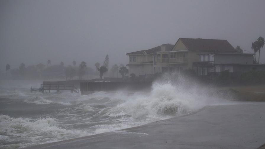 """Ураганът """"Харви"""" връхлетя Тексас с ветрове от 215 км/ч"""