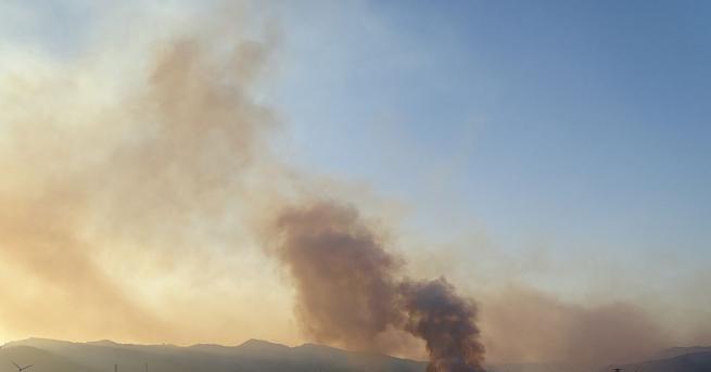 Четвърти ден продължава борбата на стотици огнеборци с пожара в