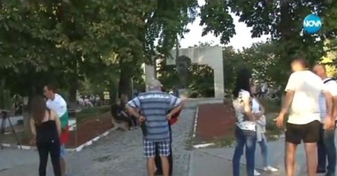 Десетки хора се събраха на протест пред паметника на Цар