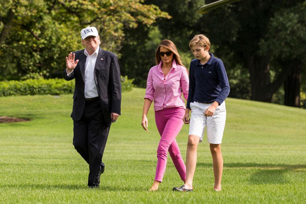 На връщане от уикенд в президентската резиденция Кемп Дейвид красивата Мелания бе уловена в необичаен лежерен тоалет. Тръмп се появи изцяло в розово – джинси, спортна риза и обувки, но не с висок ток, а равни пантофки