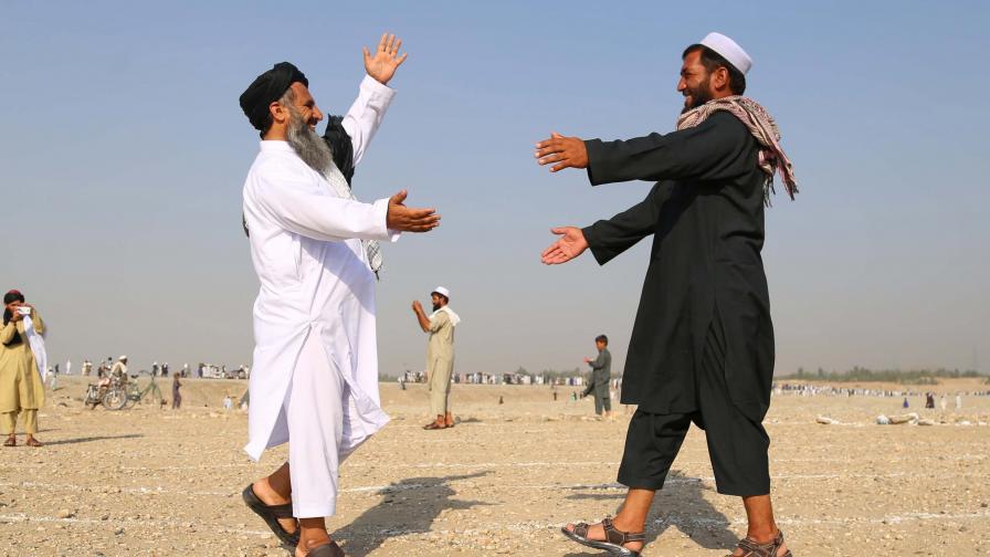 Мюсюлмани в Афганистан се поздравяват след традиционния намаз за Ейд Ал-Адха (Курбан Байрам)