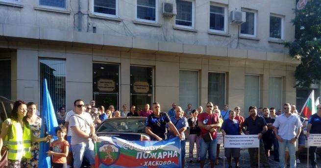 протест полицаи Пловдив Десетки полицаи излязоха на протест в Пловдив.