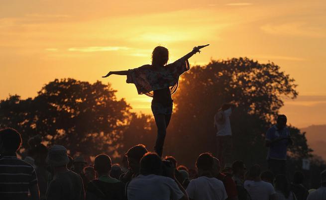 Феновете се забавляват на Glastonbury 2010.