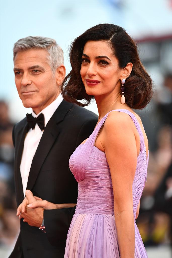 Амал Клуни направи своята първа публична изява след раждането на близнаците си. Красивата съпруга на Джордж Клуни смая всички на филмовия фестивал във Венеция с нежна рокля на Versace.