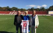 Посланикът на Великобритания облече фланелката на ЦСКА