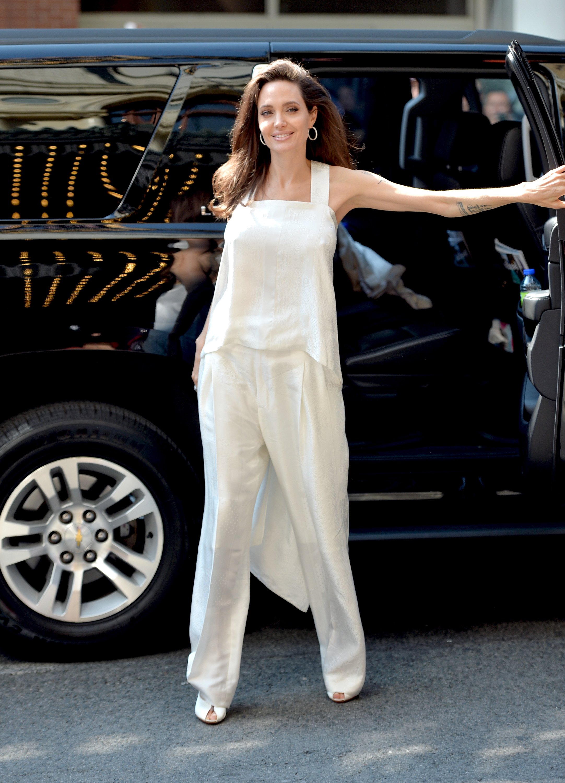 Джоли направи и друга изява, отново с децата си, по време на филмовия фестивал в Торонто. Тя събра погледите на всички с бял тоалет, когато посети премиерата на филмаThe Breadwinner.