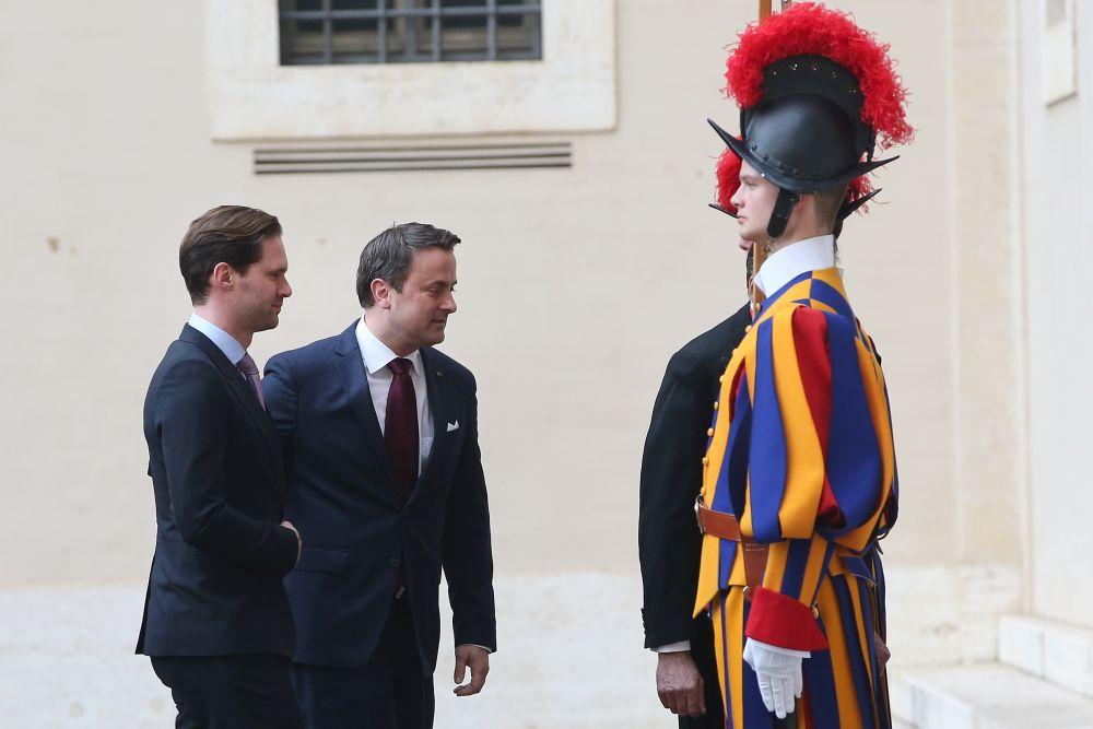 Медийното внимание привлича и една нетрадиционна двойка – премиерът на Люксембург и неговата половинка Готие Дестене.