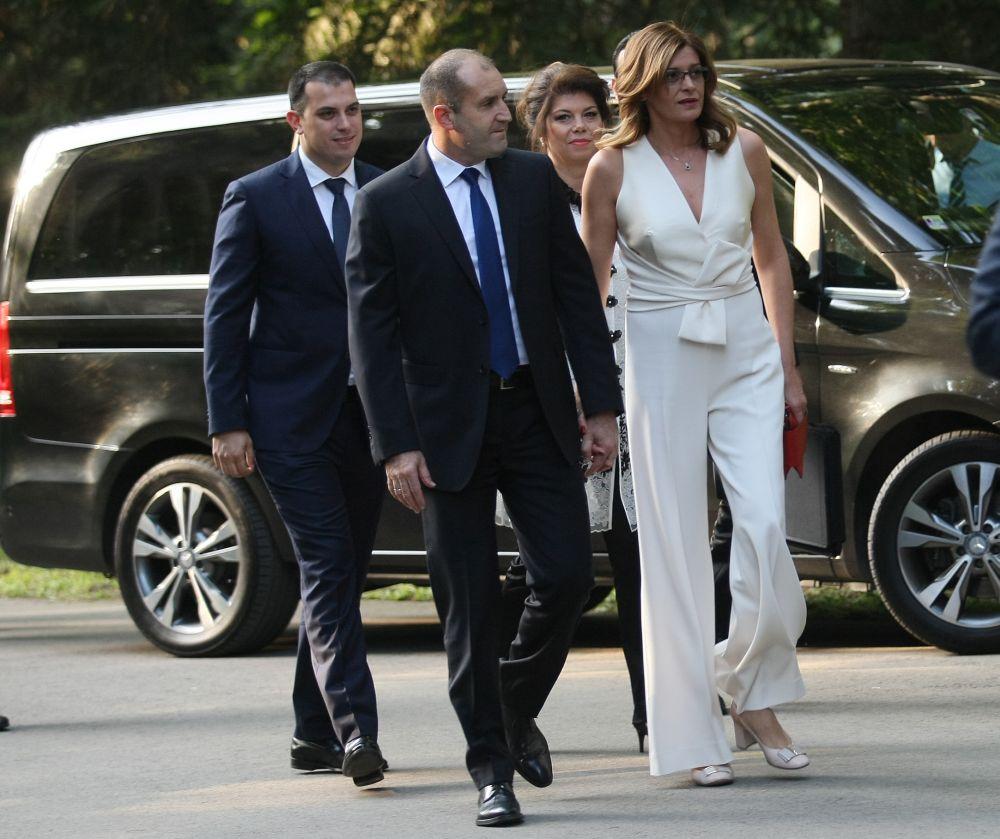 Българското президентско семейство също често се оказва в светлината на прожекторите. Съпругата на президента Румен Радев стана популярна с пиперливия си изказ, смелия избор на тоалети и благотворителността си, която опитва да опази в тайна.