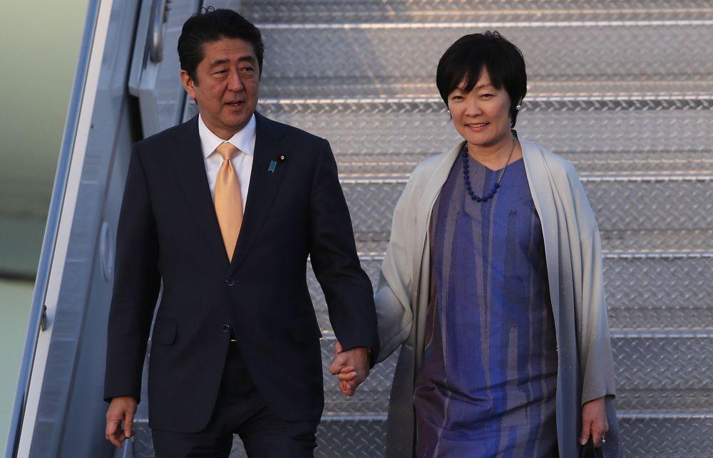 Японският премиер Шиндзо Абе и съпругата му Акие.
