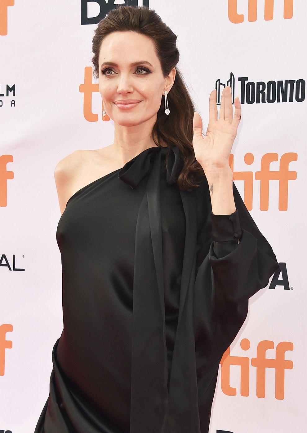 Анджелина Джоли в черна асиметрична рокля на Ralph & Russo на премиерата на Първо убиха баща ми на фестивала в Торонто