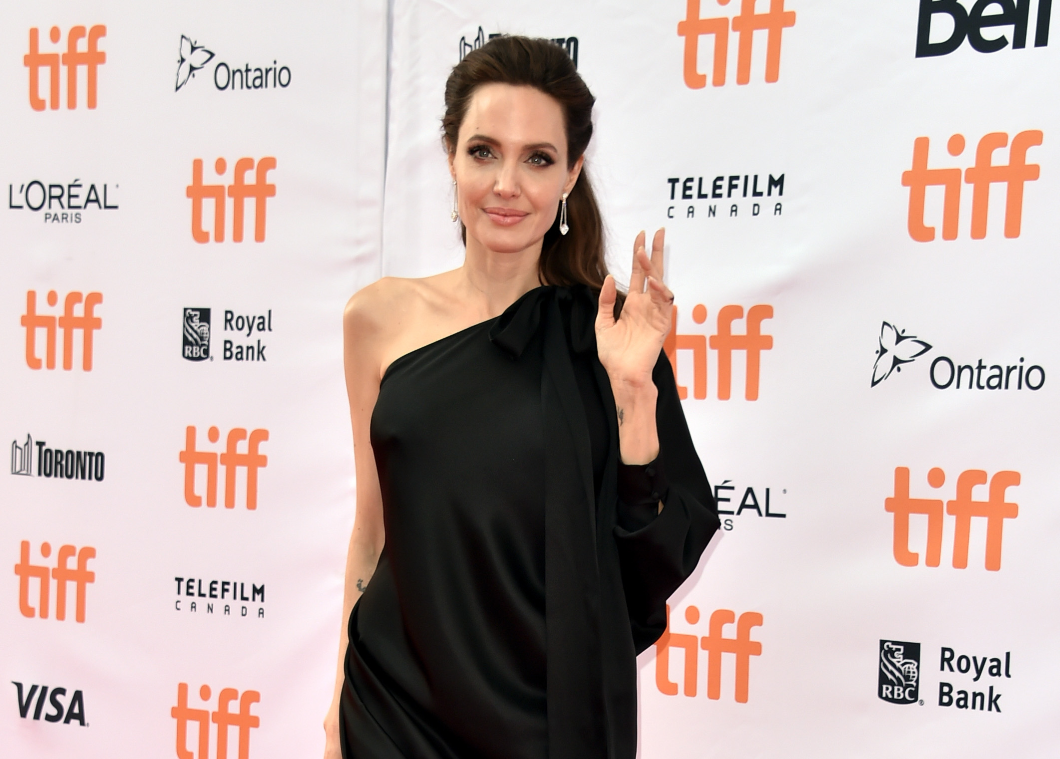 """Анджелина Джоли- една от най-красивите, талантливи и състрадателни жени в Холивуд, за втори път даде урок по стил на филмовия фестивал в Торонто., На премиерата на филма си """"Първо убиха баща ми"""" носителката на Оскар се появи в черна асиметрична рокля наRalph & Russo."""