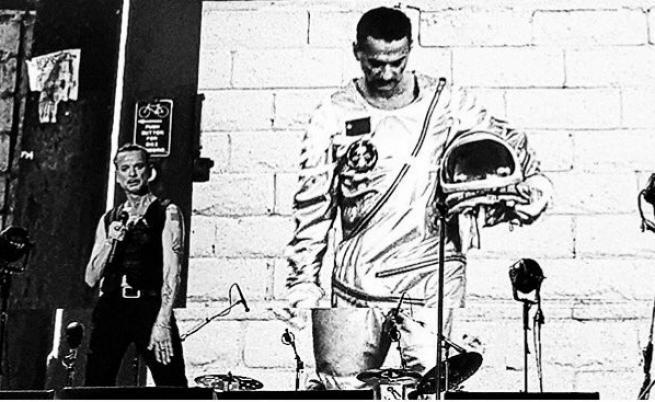 Depeche Mode изпълняват Cover Me на живо по време на тяхното Spirit турне.
